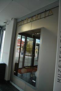 Lectarija, trgovina s svečarskimi in medenimi izdelki, katere notranjost je oblikoval arhitekt Plečnik. Danes muzejska trgovina SEM.