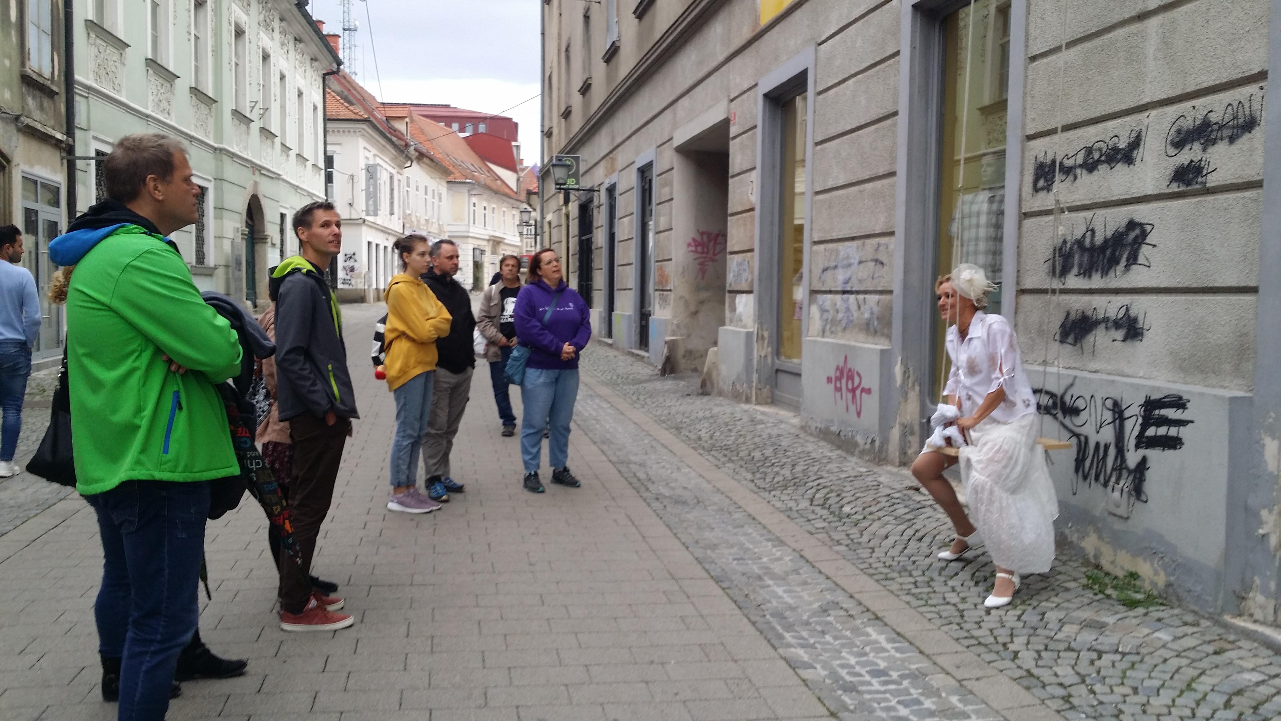 Tematsko, interpretativno vodenje ali ulično gledališče (o metodologiji vodenja)